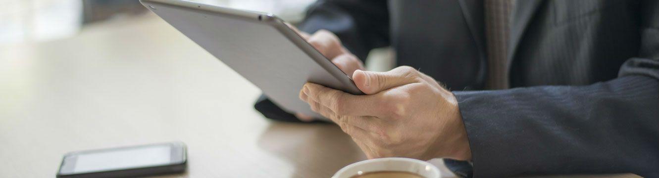 Un recruteur utilise une tablette