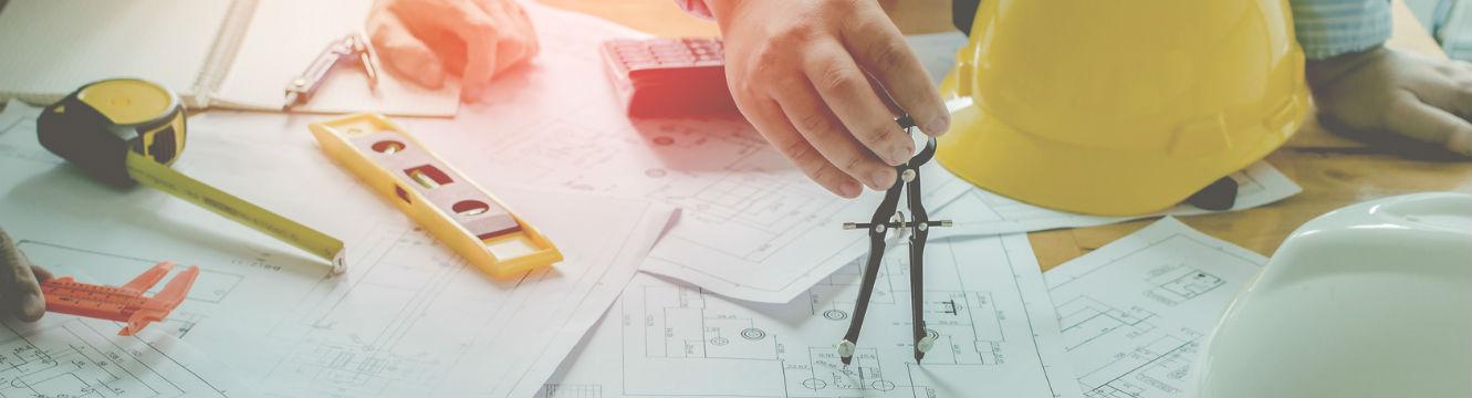 Un ingénieur finalise un plan de construction
