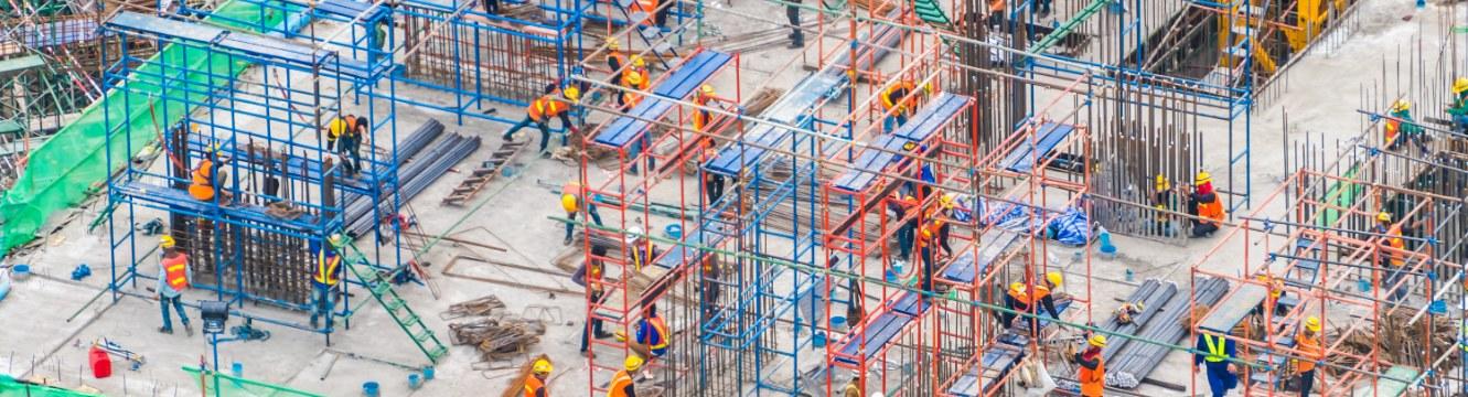Plusieurs dizaines de personnes travaillent sur un chantier